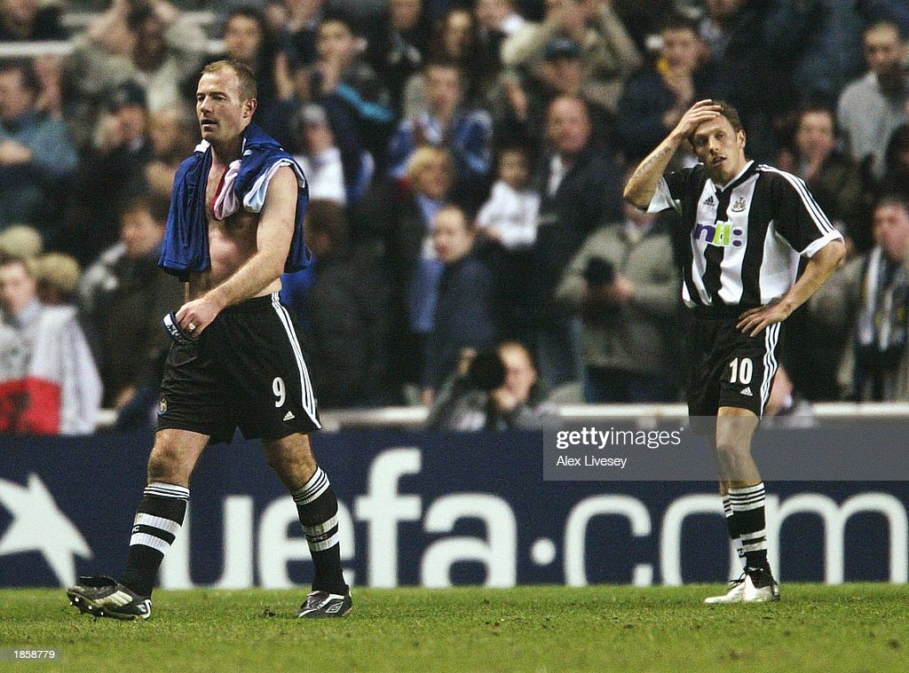 A dejected Alan Shearer and Craig Bellamy : News Photo