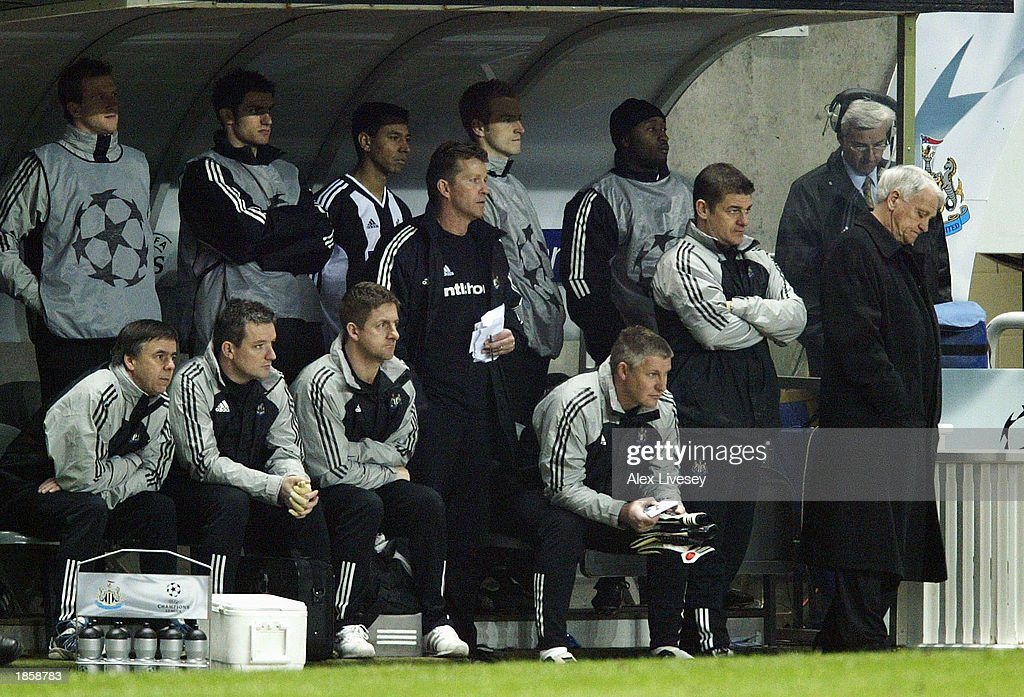 A dejected manager Bobby Robson : News Photo