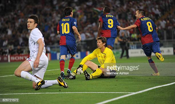 A dejected Michael Carrick of Manchester United and Edwin van der Sar of Manchester United after Samuel Eto'o of FC Barcelona scored to make it 10