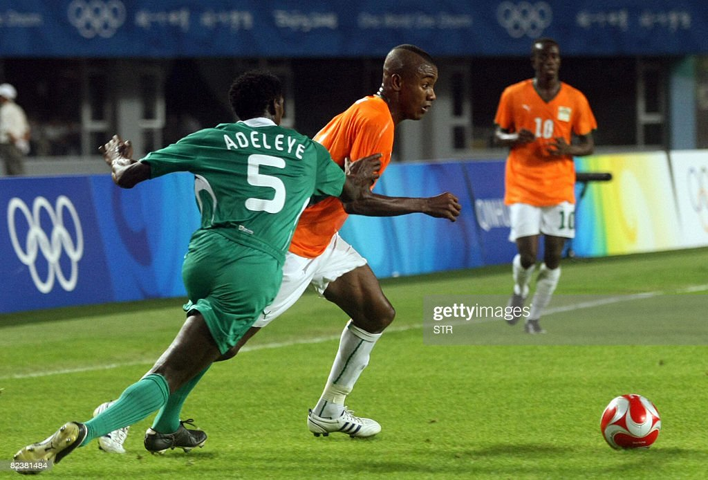 Dele Adeleye (L) of Nigeria vies with a : News Photo