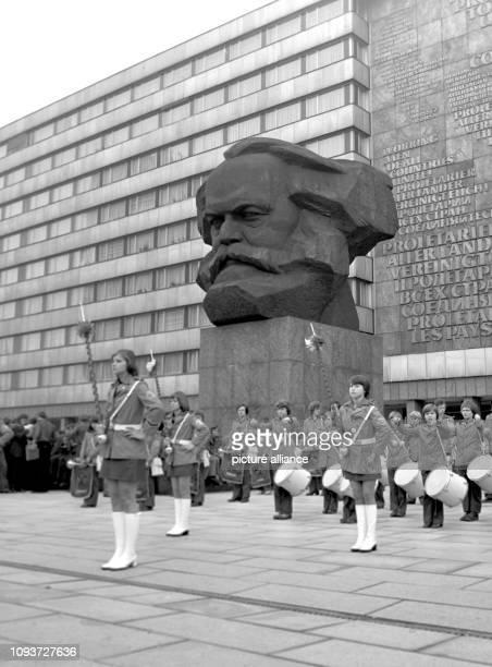 Delegierte zum VI. GST-Kongress im Jahre 1977 in Karl-Marx-Stadt sind vor dem Karl-Marx-Denkmal zu einem Appell angetreten. Der alle fünf Jahre...