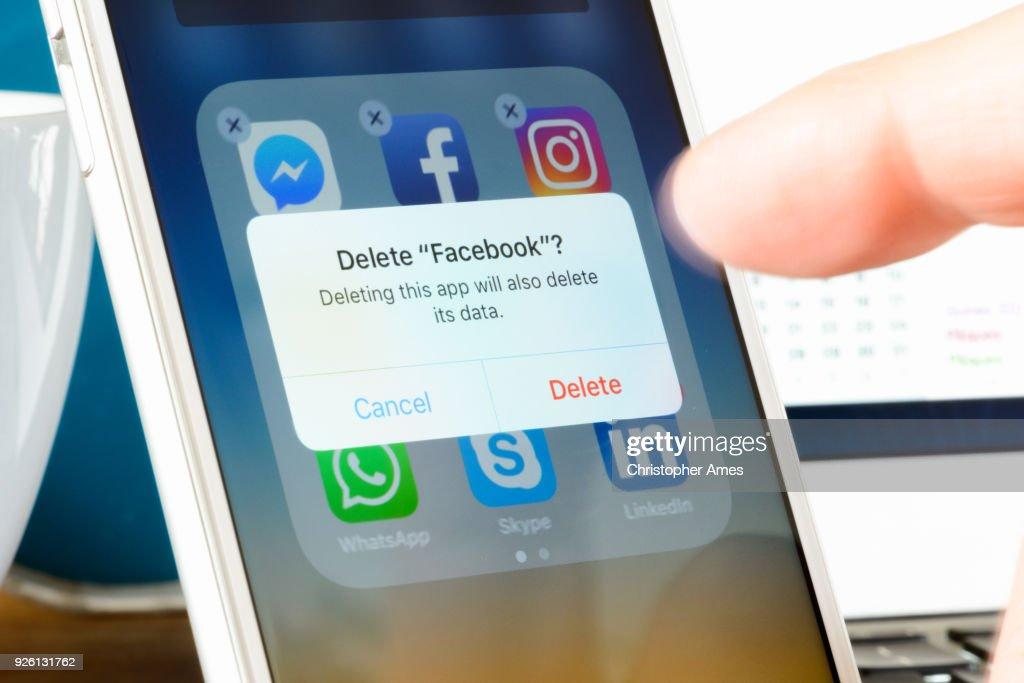 Facebook-App vom Smartphone löschen : Stock-Foto
