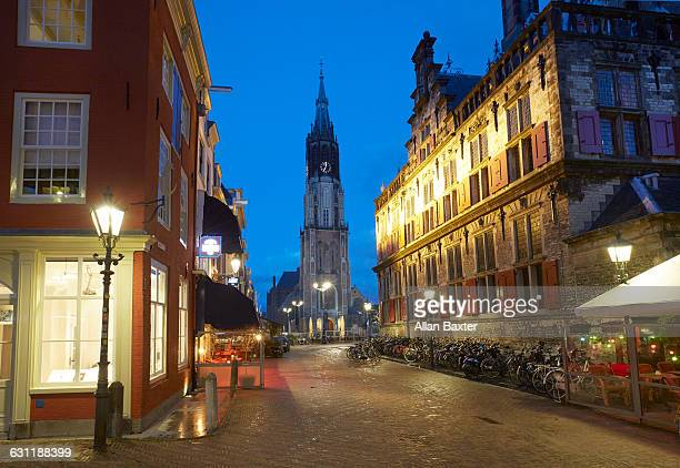 delft markt square lit at dusk - デルフトの新教会 ストックフォトと画像