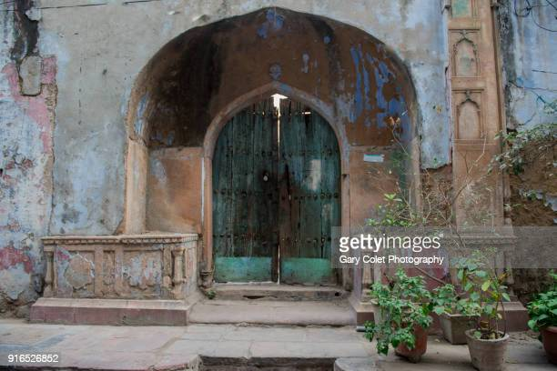 delhi doorway with faded paint - gary colet stock pictures, royalty-free photos & images