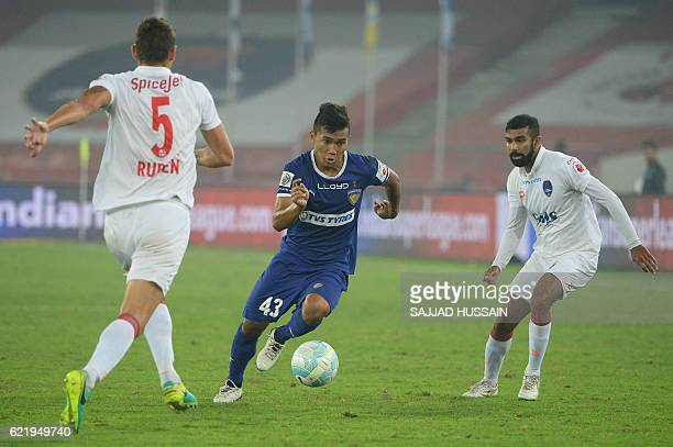 Delhi Dynamos FC defender Ruben Gonzalez Rocha and forward Kean Francis Lewis vie for the ball with Chennaiyin FC defender Jerry Lalrinzuala during...