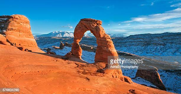 delicate arch formation in winter - felsbogen stock-fotos und bilder