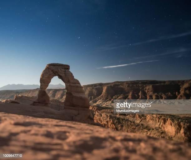 delicate arch in het arches national park, utah verenigde staten - natuurlijke brug stockfoto's en -beelden