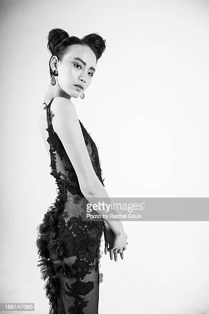 delicate desires art and fashion - donna mezzo busto bianco e nero foto e immagini stock