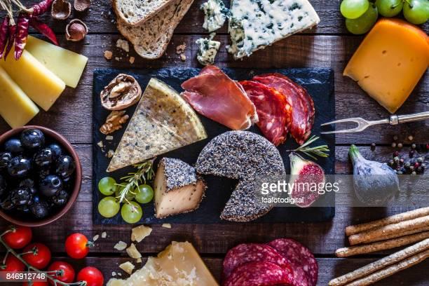 Köstlichen Aperitif am rustikalen Holztisch