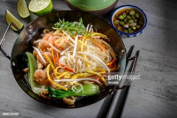 もやし、ムール貝と野菜のおいしいアジアン ヌードル
