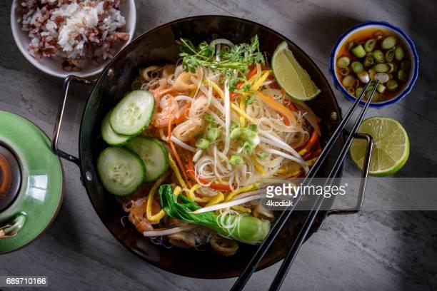 Leckere asiatische Nudeln mit Bean Sprout, Muscheln und Gemüse