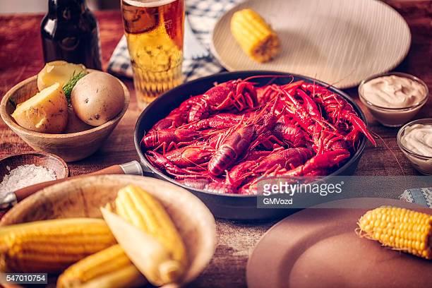 Délicieux rouge écrevisses à durs, maïs et pommes de terre