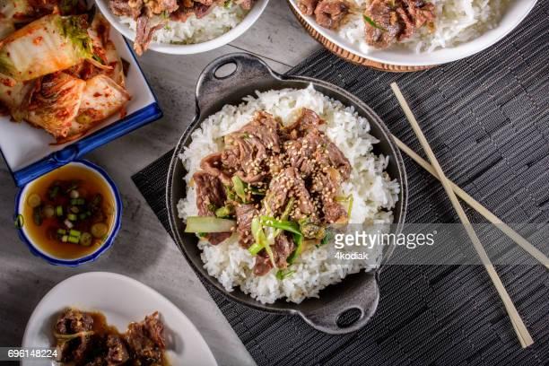 おいしい焼肉、漬け醤油とニンニク、生姜、ご飯の上