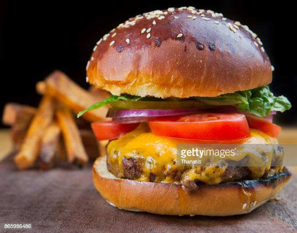 delicious cheeseburger. - cheeseburger stock pictures, royalty-free photos & images