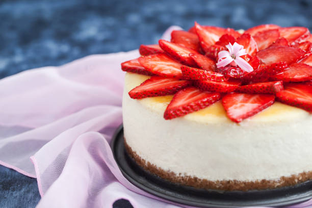 delicious cheesecake with fresh strawberries - 芝士蛋糕 個照片及圖片檔