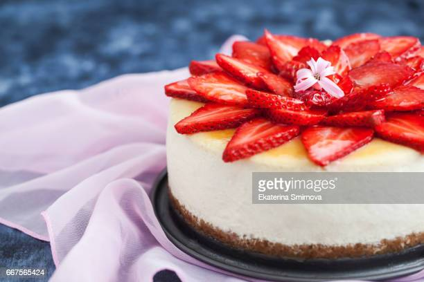 delicious cheesecake with fresh strawberries - cheesecake stock pictures, royalty-free photos & images