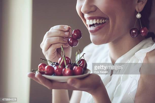 köstliche cherries-englische redewendung - kirsche stock-fotos und bilder