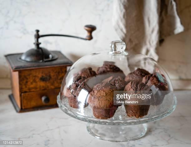 おいしいチョコレートマフィン - チョコレートチップマフィン ストックフォトと画像