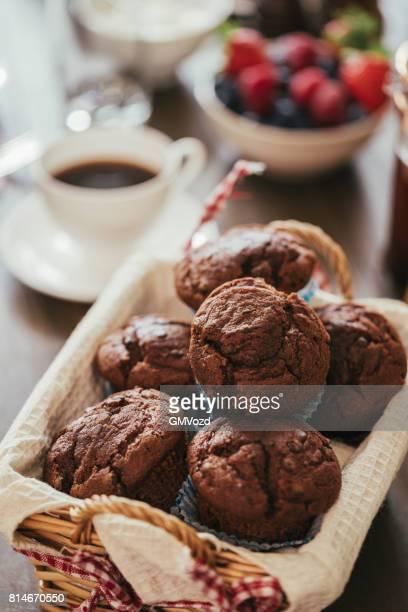 朝食のおいしいチョコレートのマフィン - チョコレートチップマフィン ストックフォトと画像