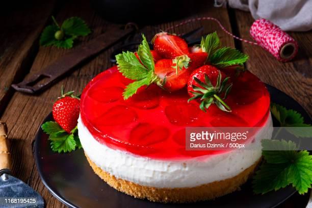 delicious cream quark pie with strawberries - crosta di formaggio foto e immagini stock