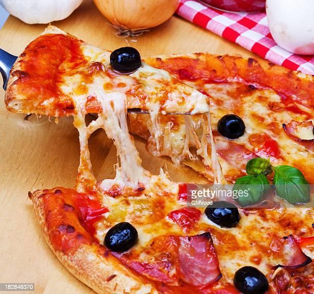 deliziosa pizza fresca - crosta di formaggio foto e immagini stock