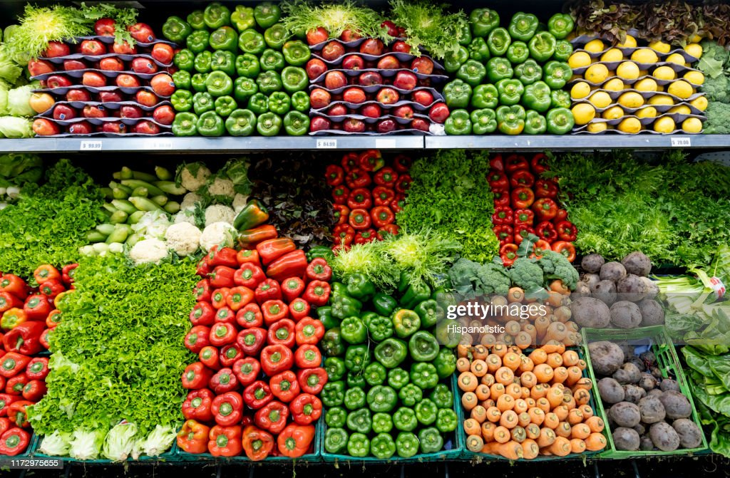 Heerlijke verse groenten en fruit in de gekoelde sectie van een supermarkt : Stockfoto