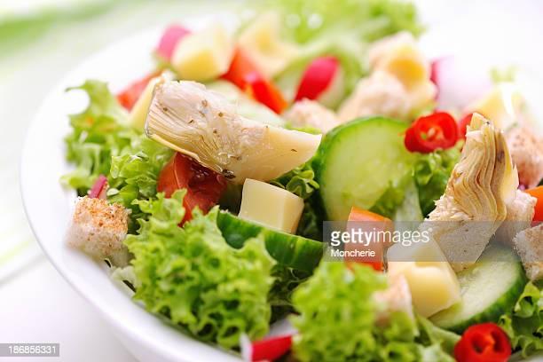 deliziosa insalata verde con marinato carciofi - carciofo foto e immagini stock