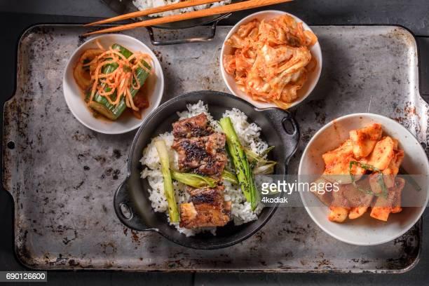Delicioso a la parrilla Kalbi en sobre arroz al vapor en olla de hierro fundido