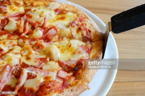delicious hawaiian rustic style pizza made with fresh pineapples - hawaiian pizza stock pictures, royalty-free photos & images
