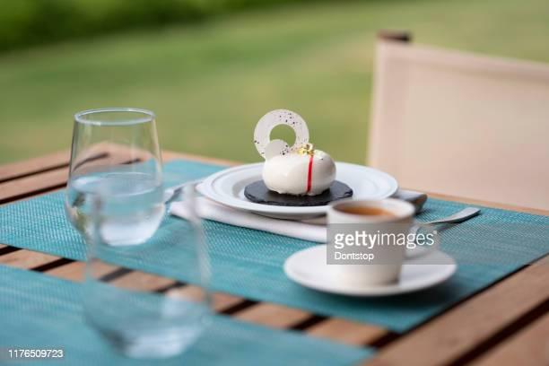 deliziosi pasticcini e caffè - articoli casalinghi foto e immagini stock