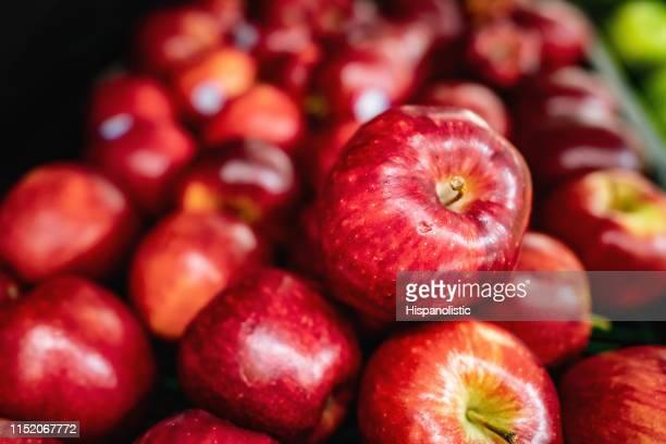 スーパーマーケットで小売ディスプレイ上のおいしい赤いりんご - リンゴ ストックフォトと画像