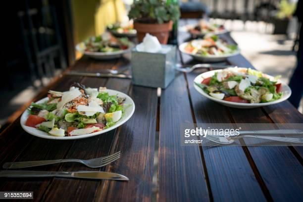卵とレストランで食べることができてテーブルにチーズのおいしいサラダ
