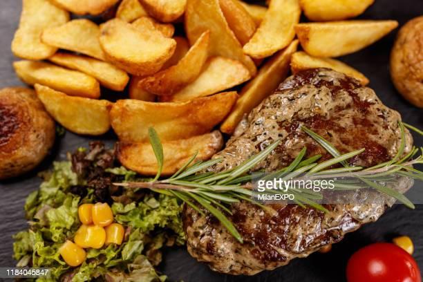 おいしいステーキとコショウコーンソース - ステーキハウス ストックフォトと画像
