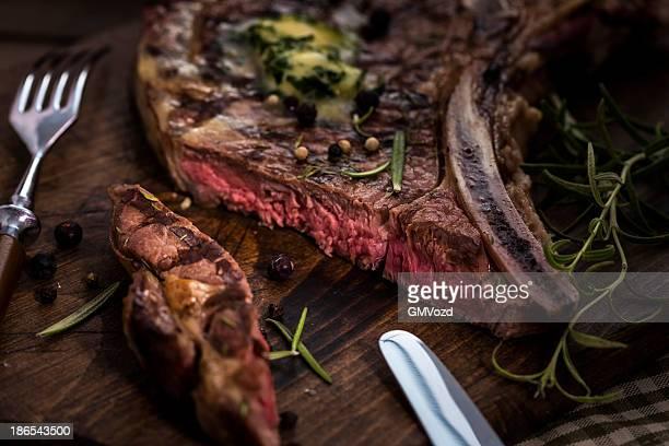 delizioso arrosto di bistecca alla fiorentina media - bistecca alla fiorentina foto e immagini stock