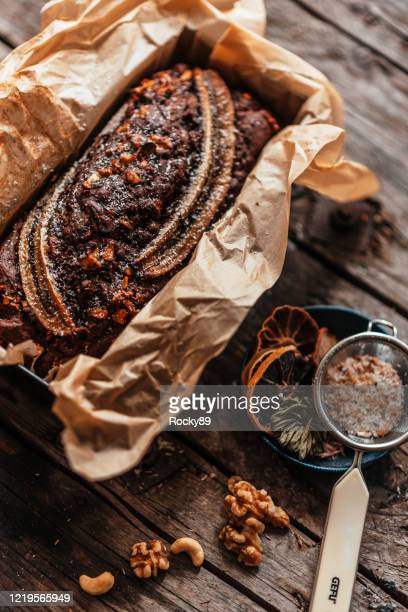 heerlijk veganistisch glutenvrij bananenbrood - banana loaf stockfoto's en -beelden