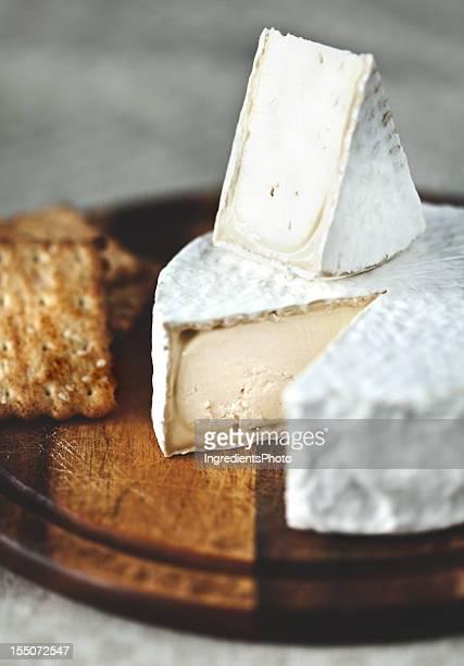 Köstliche weiße Schimmel Reife Käse auf Holz Schneidebrett: Camembert