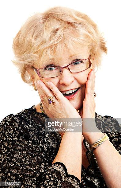 Encantado de mujer senior con sorprendida expresión