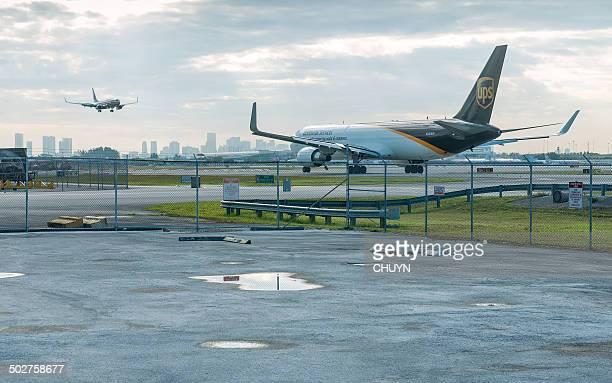 entrega de - aeropuerto internacional de miami fotografías e imágenes de stock