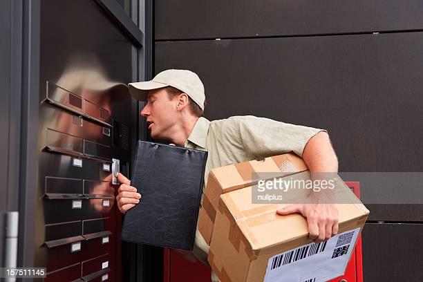 delivery boy vor der Tür