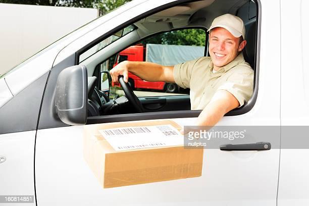 delivery boy Ausführender Sie ein Paket