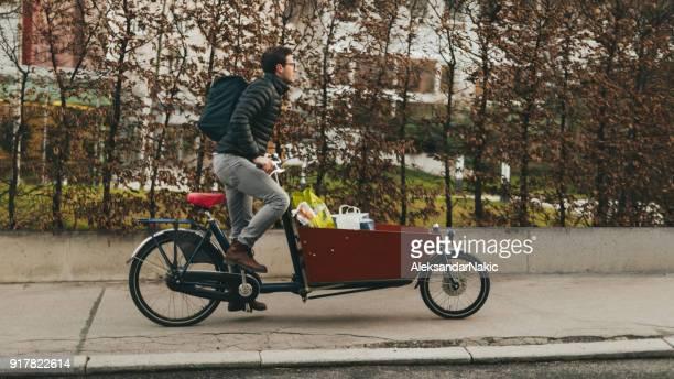 Livreur sur un vélo cargo