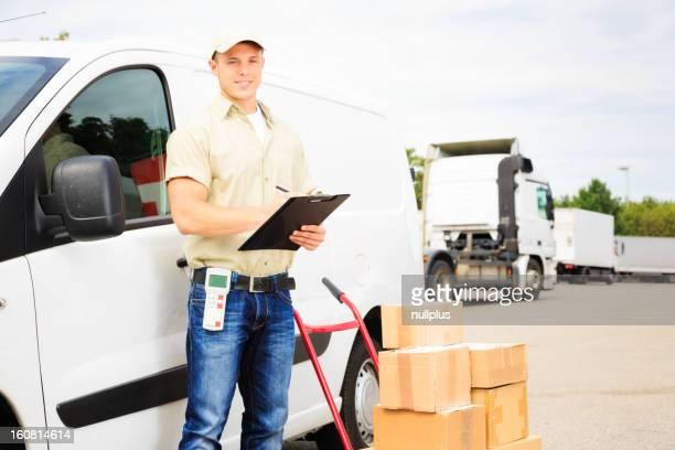 "delivery boy ""steht neben dem van"