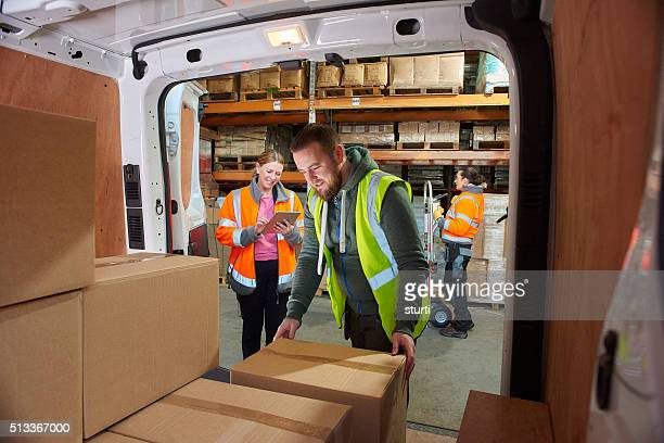 delivery driver in the warehouse - vervoer stockfoto's en -beelden