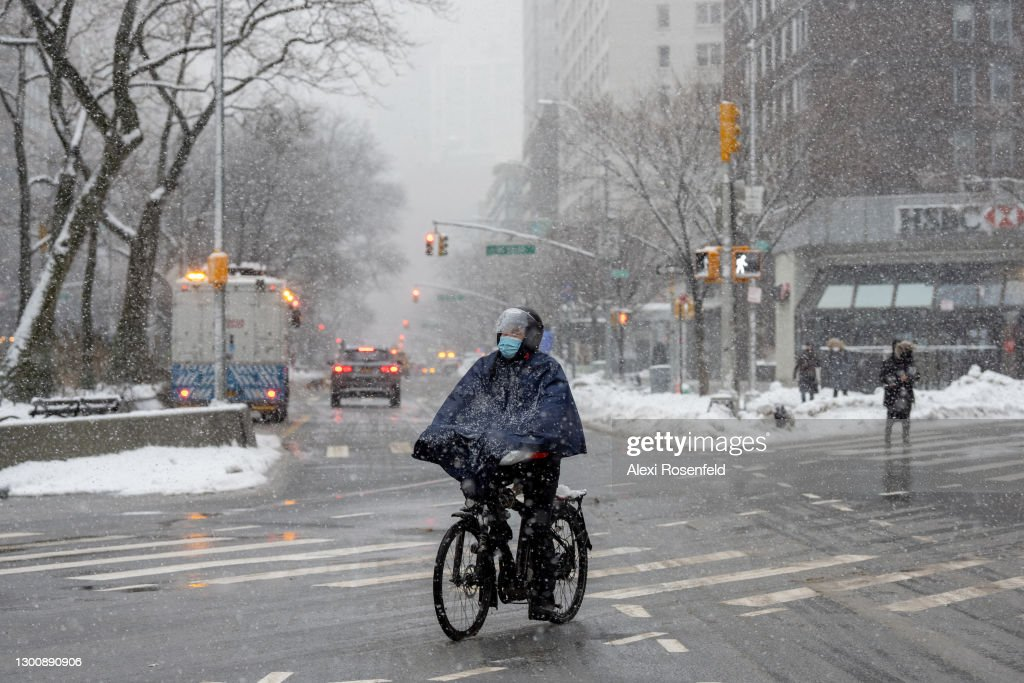 Outdoor Service Continues Through Winter In New York City Due To Pandemic Restrictions : News Photo