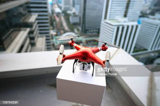 delivery drone flying - drone photos et images de collection