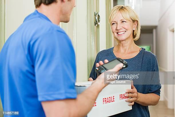 Consegna uomo consegna pacchi