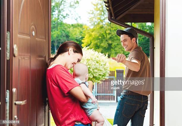 Livraison homme offrant des plats à emporter pour jeune femme
