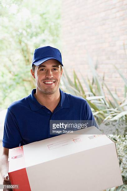 Consegna uomo che tiene un pacco