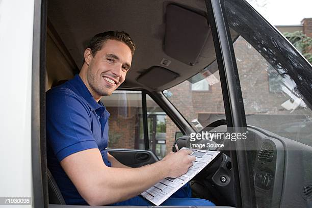 Uomo in un furgone di consegna