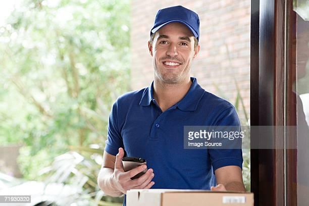 Uomo di consegna in entrata